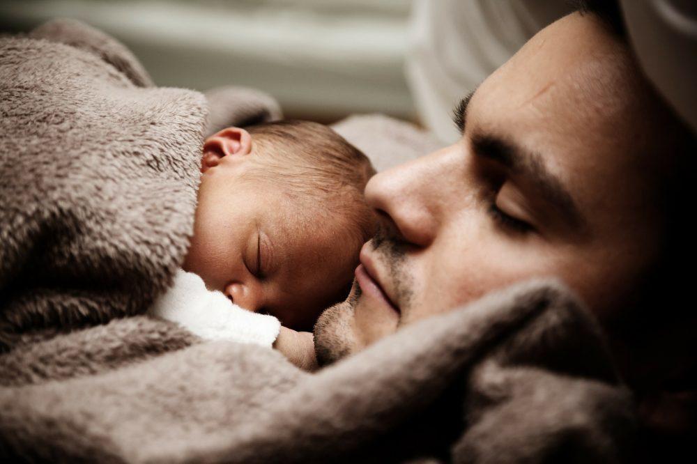 """""""L'attachement"""" : le besoin de bébé, le devoir des parents."""